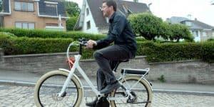 homme sur un vélo électrique