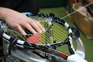corder une raquette de tennis