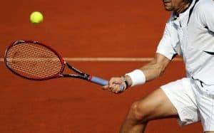 homme avec une raquette de tennis