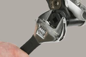 persone en utilisant une clé à molette compacte