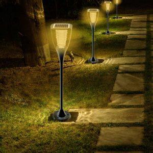 lampes solaires dans le jardin