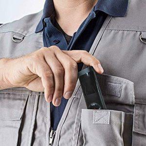homme avec un télémètre dans le poche