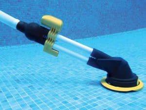 balai de piscine au fons