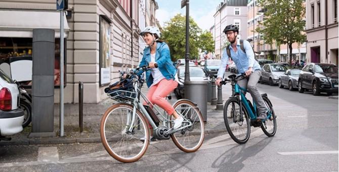personnes avec des vélos électriques