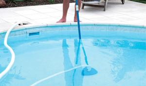 utiliser un balai de piscine
