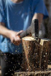 tailler du bois avec une hache